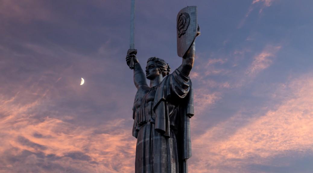 Киев. Монумент «Родина-мать» и Печерская лавра