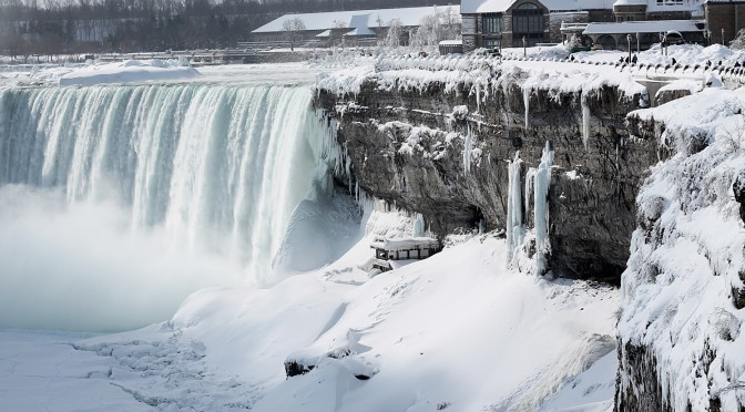 Третий раз за 100 лет! Ниагарский водопад замерз