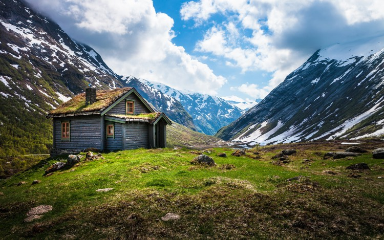 valley-house-somewhere-between-geiranger-and-stryn-norway-by-lowe-rehnberg-2012