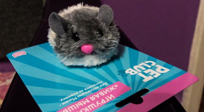 Игрушечная мышка с живыми глазами