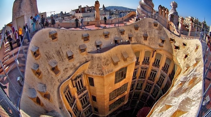 Уникальное архитектурное строение — дом Мила в Барселоне